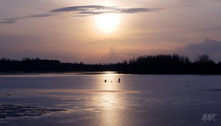 Foto: Ogrē uz vietām atkusušā Daugavas ledus copē zemledus makšķernieki