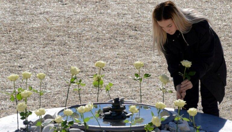 Ar baltām rozēm un atceres brīdi Francijā piemin trīs mēnešus kopš Nicas terorakta