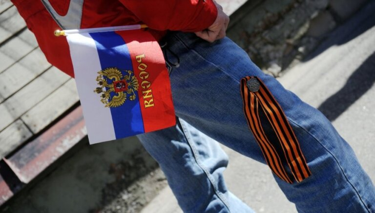 Пикет за отставку Янсонса: с георгиевскими ленточками - против языкового террора (ФОТО)
