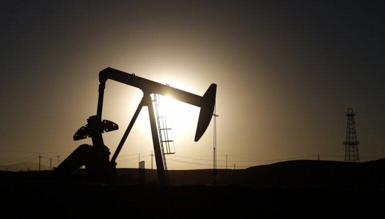 После решения ОПЕК не сокращать квоты на добычу нефть резко подешевела
