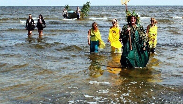 Fotoreportāža: Tūkstošiem cilvēku svin Zvejnieksvētkus Lapmežciemā
