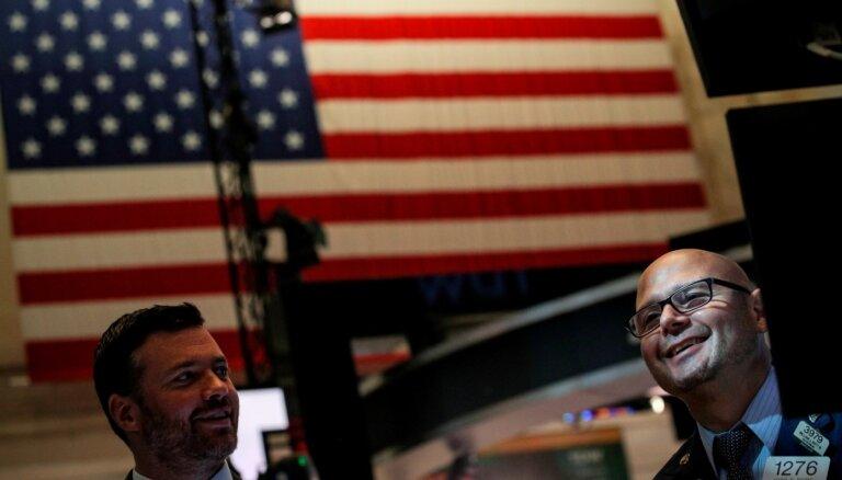 Akciju cenas krītas, tirgiem turpinot reaģēt uz signāliem par stingrāku monetāro politiku