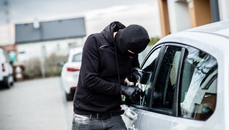 Полиция: в большинстве случаев кражи из авто вор мог свободно попасть в салон машины