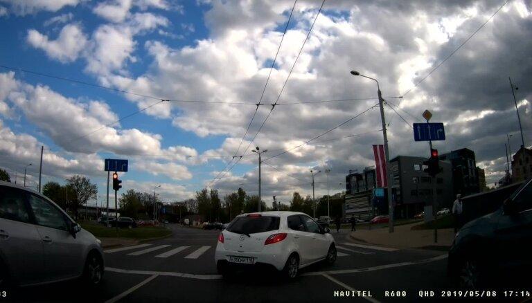 Video: Autovadītājs no Sanktpēterburgas uz Latvijas ceļiem ignorē satiksmes noteikumus
