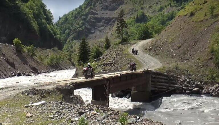 Ceļā uz brīvību Gruzijā: kā trīs ceļotāji ar motocikliem aizbrauca līdz skaistajai zemei