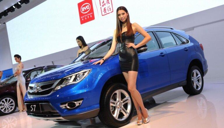 Šanhajas autoizstādē aizliedz puskailās modeles