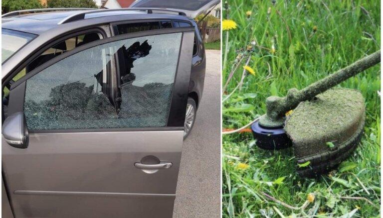 Valmierā ar zāles trimeri uzmestu akmeni izsit auto stiklu