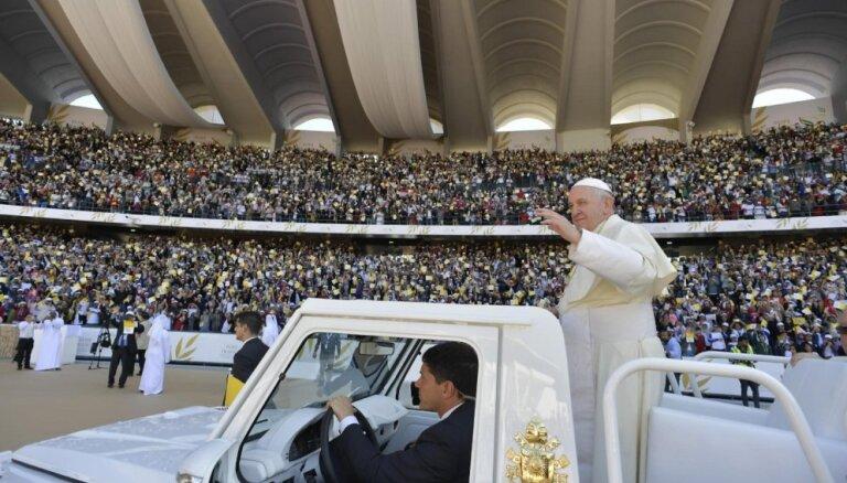 Foto: Pāvesta mise AAE pulcē tūkstošus