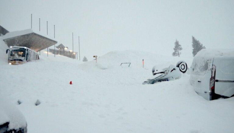 Sniega lavīnai ietriecoties Šveices kalnu viesnīcā, ievainoti trīs cilvēki