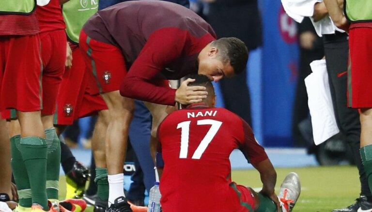 "ФОТО: Роналду подарил Нани ""Серебряную бутсу"""