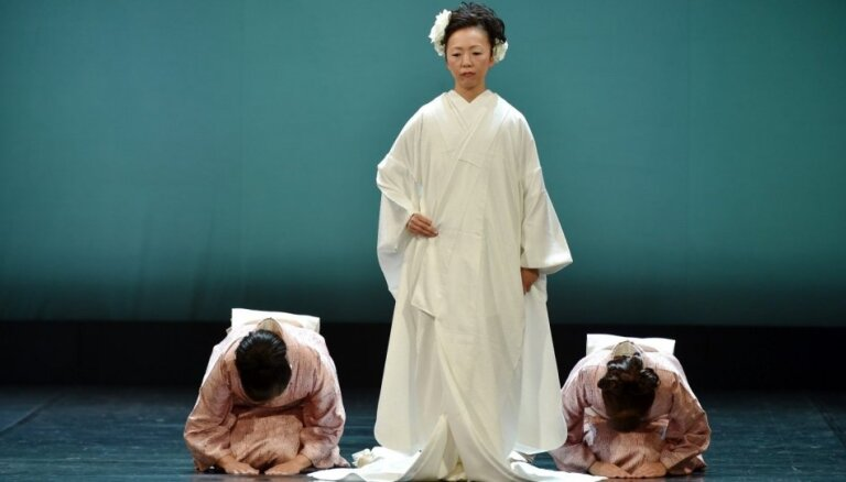 Foto: Elegance, kas izkopta gadsimtiem – Latvijas Nacionālajā teātrī demonstrēti krāšņi Japānas kimono