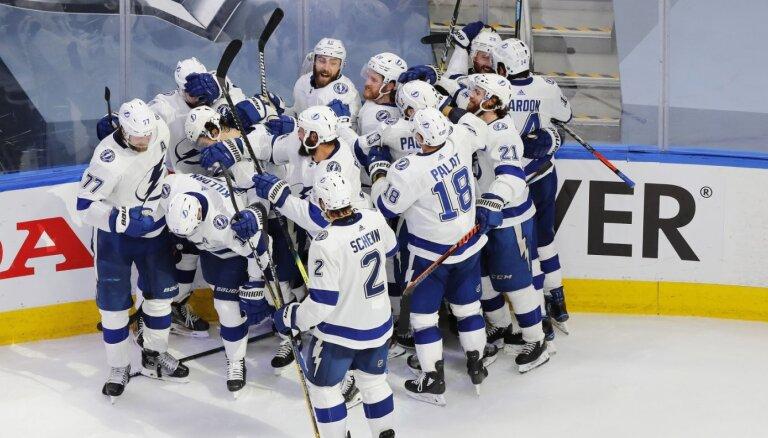 'Lightning' pagarinājumā pieveic 'Islanders' un iekļūst Stenlija kausa finālā