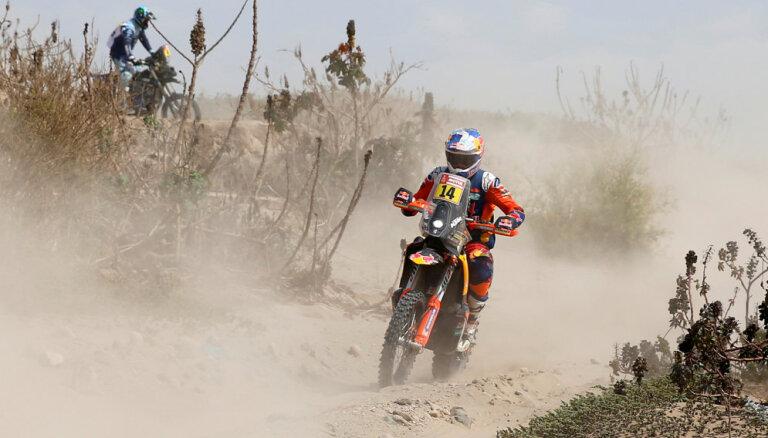 Pēc palīdzēšanas nokritušam konkurentam motociklistam Sanderlendam piešķirta uzvara Dakaras piektajā posmā
