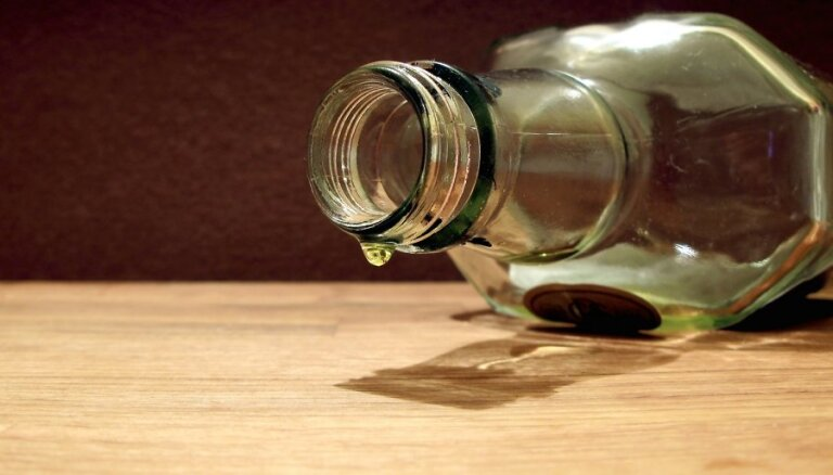 Čehijā aizturēti divi aizdomās turētie par saindētā alkohola izplatīšanu