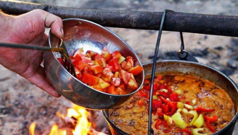 Uz ugunskura vārāmas zupas un sautējumi: 24 receptes Lielās talkas dienai