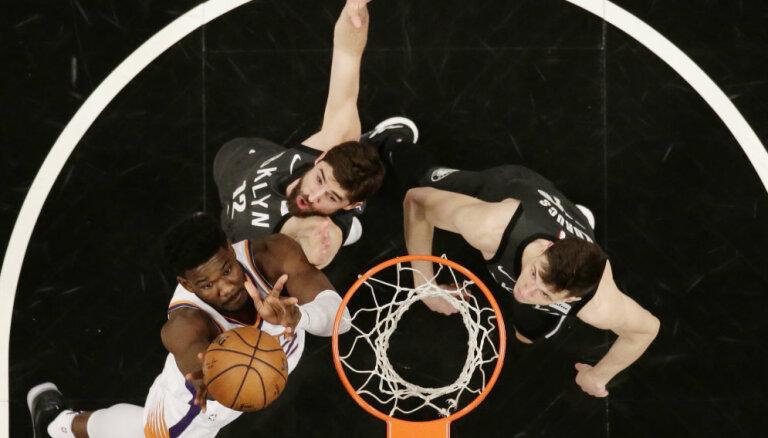 Kurucam pirmais 'double-double' NBA čempionātā