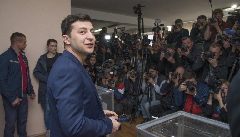 Ukrainas prezidenta vēlēšanās uzvarējis Zelenskis, liecina nobalsojušo aptaujas rezultāti