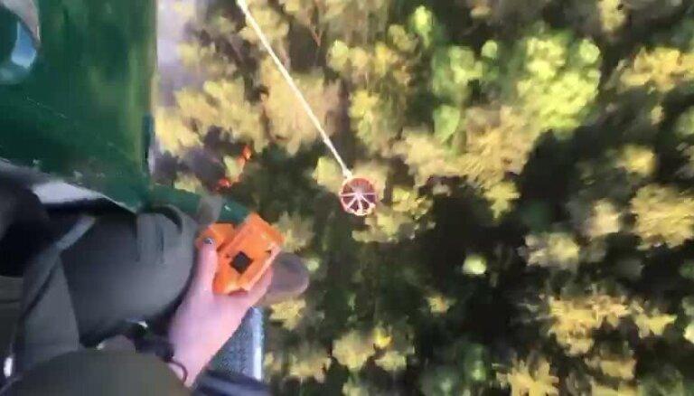 Olaines meža un kūdras ugunsgrēka dzēšana ar NBS helikopteru