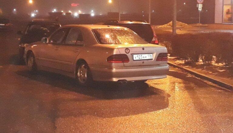 Aculiecinieka foto: Nekaunīgi atstāts auto pie 'Zoom'