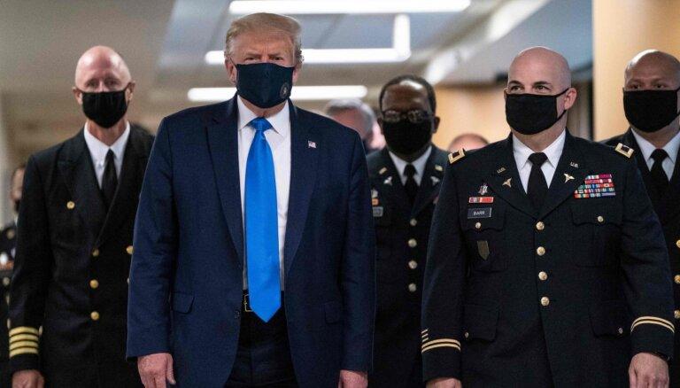 Фото дня: Трамп впервые надел маску на публике