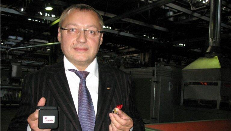 Aizdomās par vairāk nekā 4 miljonu eiro izkrāpšanu aiztur piecus cilvēkus