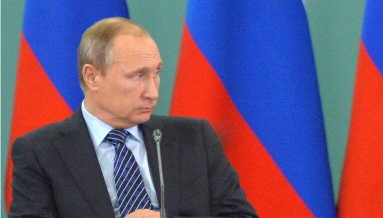 Putins slavenajam režisoram Stounam ASV uzlidojumu talibiem uzdod par 'Krievijas aviācijas panākumu'