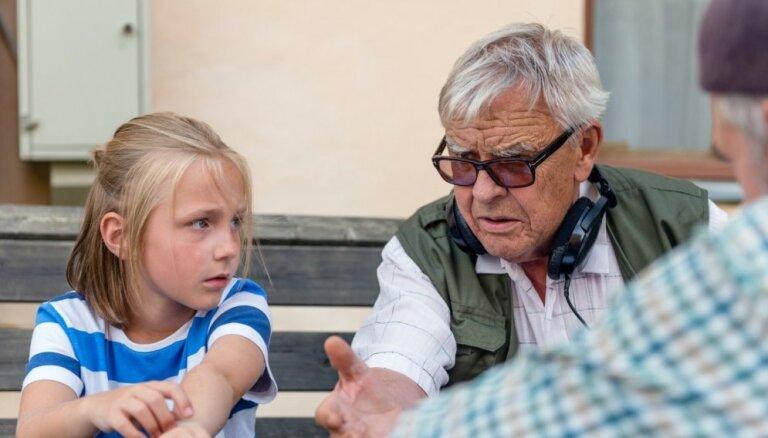 'Vectēvs, kas bīstamāks par datoru' – otrā skatītākā filma Latvijā pērn