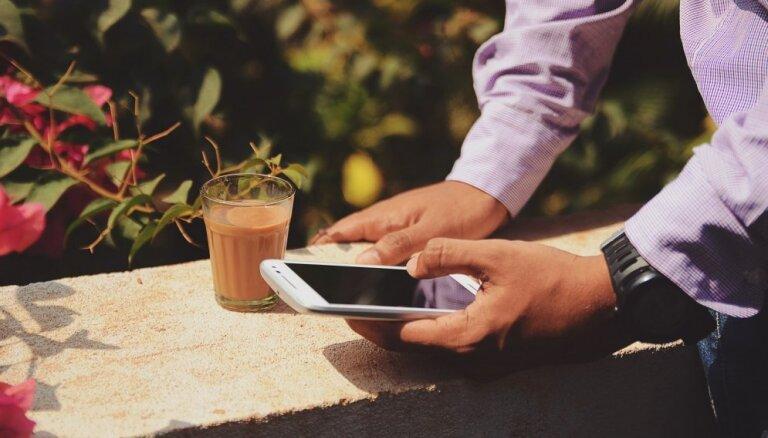 Pazīmes, kas liecina – telefonu ikdienā izmanto pārāk daudz