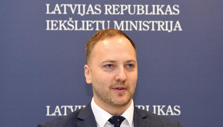 Глава МВД Гиргенс запретил въезд в Латвию 47 иностранцам, Ринкевич — еще 161 иностранцу