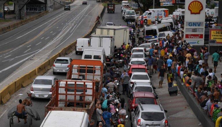 Foto: Brazīlijā jau astoto dienu streiko kravas automašīnu šoferi