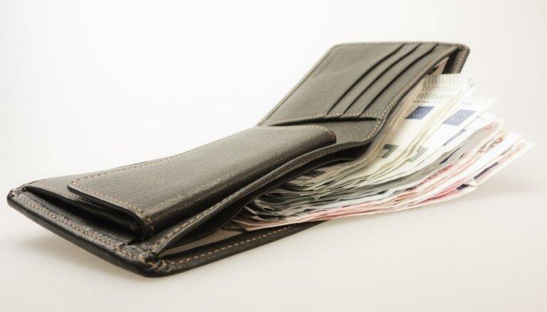 Доклад: в 2020 году средняя зарплата в Латвии составит 1128 евро