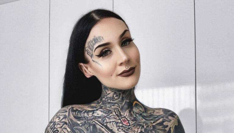 Pasaulslavenā tetovētā latviete Monami mājdzemdībās laidusi pasaulē meitiņu