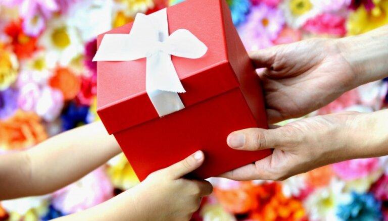 Psiholoģe: Audzināšana lai paliek citai reizei jeb vecāku kļūdas, pērkot dāvanas bērniem