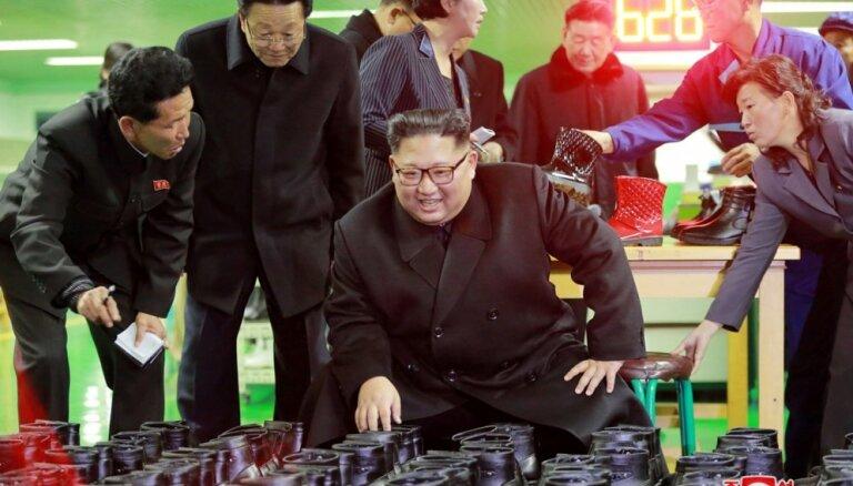 Foto: Ziemeļkorejas vadonis inspicē Vonsanas apavu produkciju