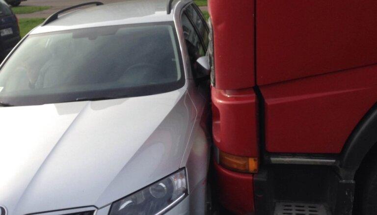 ФОТО: Большегруз намял легковушке бока на проспекте Курземес в Риге