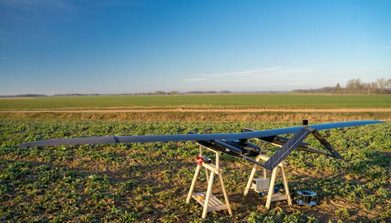 'UAVFactory' dronu testēja nolūkā pārbaudīt tā spēju sasniegt rekordu lidojuma ilgumā