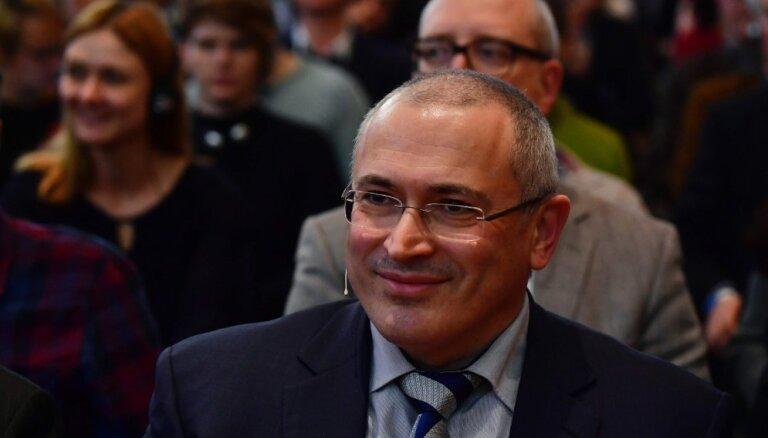 """Ходорковский досрочно проголосовал на выборах. Он испортил бюллетень, написав на нем """"Путин надоел"""""""