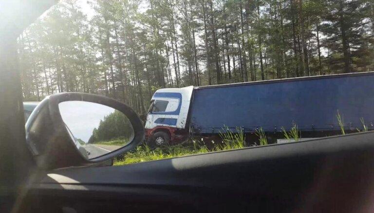 Uz Siguldas šosejas kravas auto iebrauc grāvī
