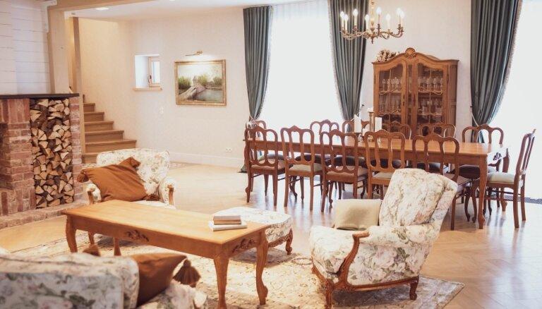 Antīko un moderno tendenču apvienojums – omulīgais lauku namiņš Kocēnu pagastā
