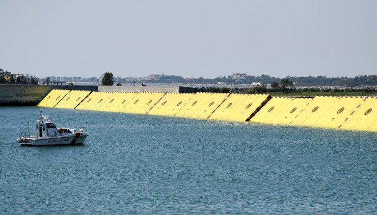 Foto: Venēcijā uzsāk piepūšamo ūdens slūžu sistēmas 'Mozus' testu