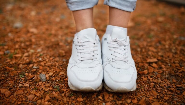 ВИДЕО. Легкий способ вернуть чистоту белым кроссовкам