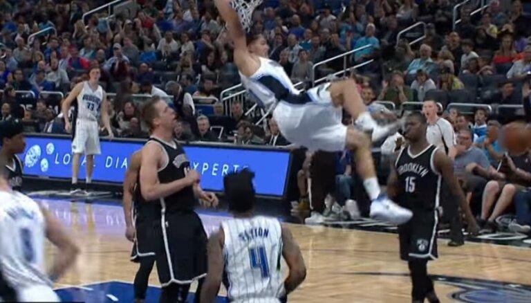 Video: 'Magic' basketbolists ar vienu apavu triec bumbu grozā pēc piespēles pret vairogu