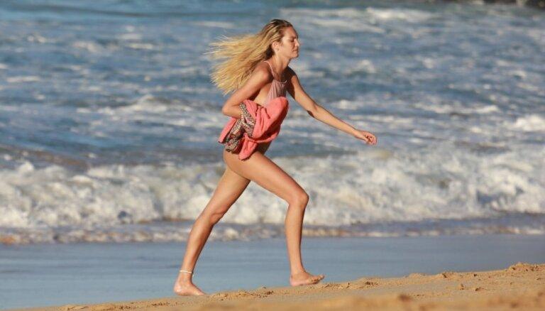 Foto: 'Viktorijas eņģelītis' gaidībās gorās pludmalē
