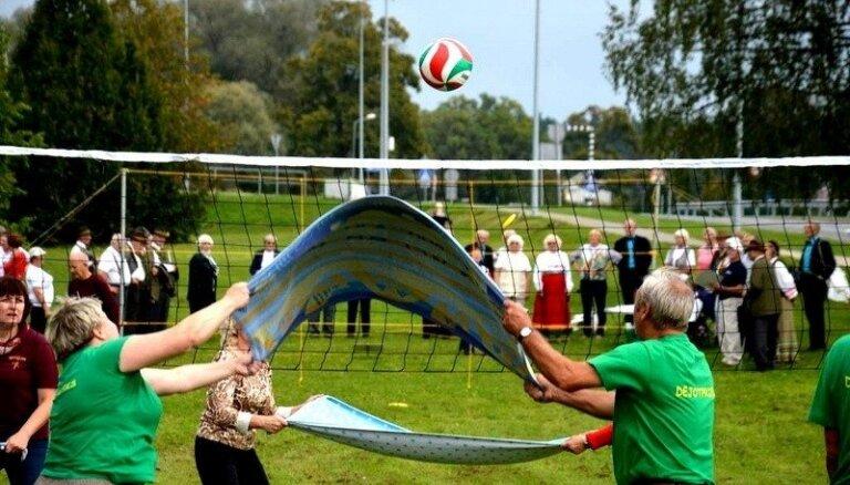 Baltijas valstu seniori ar dejām, sporta spēlēm un dziesmām Ādažos piemin 'Baltijas ceļu'