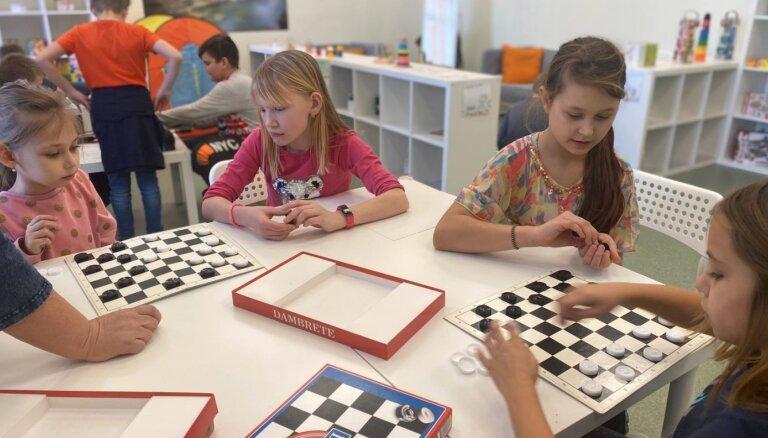 Rotaļlietu bibliotēkas Jelgavā un Daugavpilī svin trīs gadu dzimšanas dienu