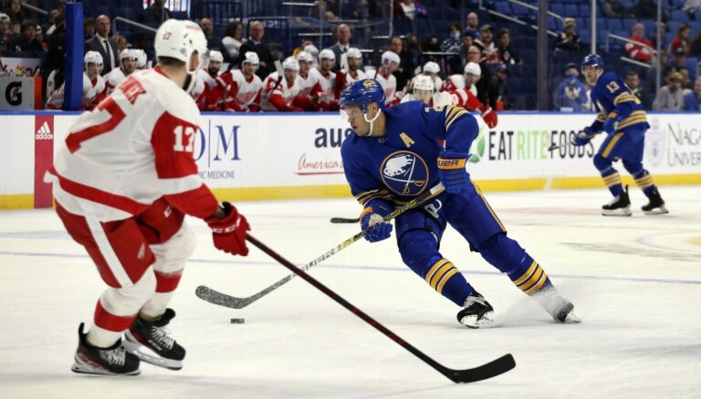 Girgensons gūst vārtus NHL pārbaudes spēlē; Bļugers pārspēj Merzļikinu