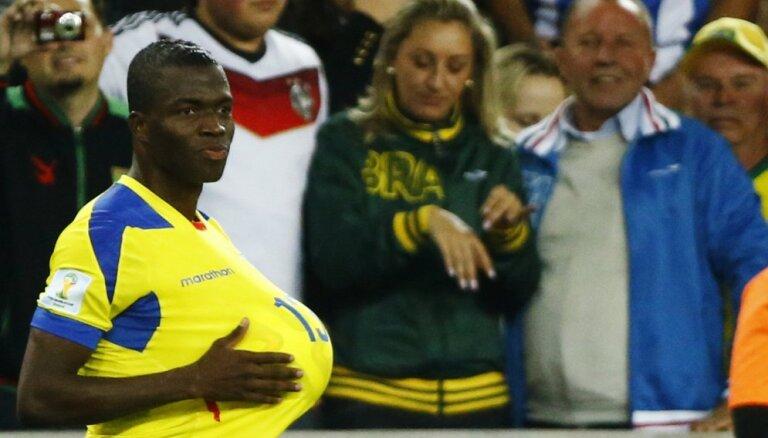 ВИДЕО: Игрок сборной Эквадора симулировал травму во время матча, чтобы сбежать от полиции