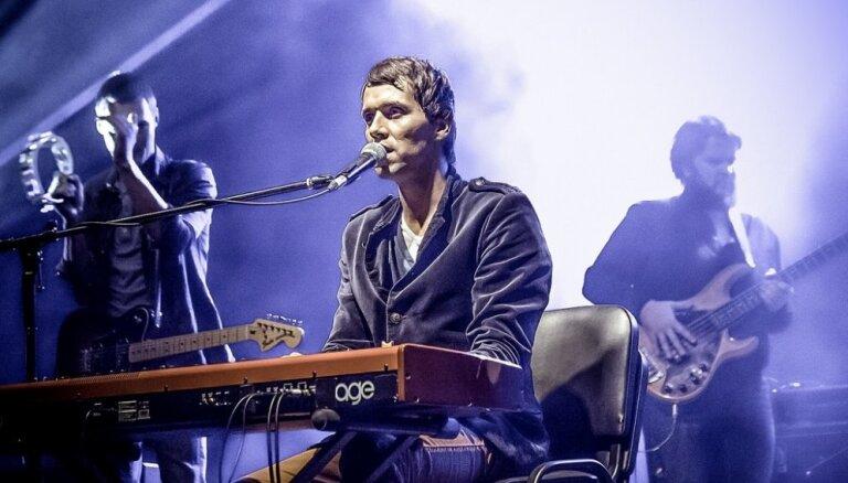 'Autobuss debesīs' atgriežas ar jaunu Imanta Kalniņa dziesmu