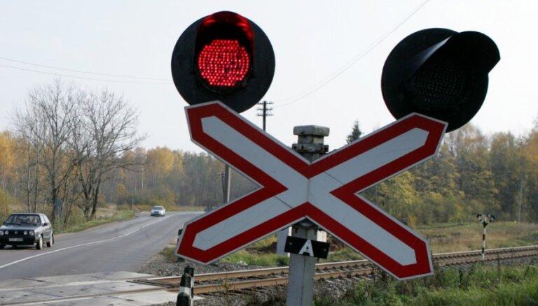В районе Саласпилса пассажирский поезд врезался в автомобиль