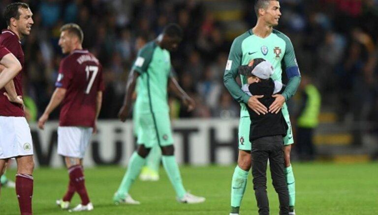 Федерация футбола Латвии оштрафована на 9700 евро за обнимания детей с Роналду